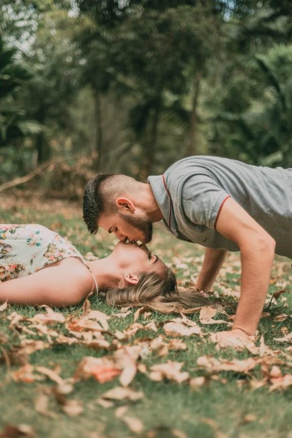 casal na grama