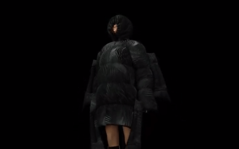 SPFW: Modelo 3D virutal utiliza casaco oversized preto com capuz