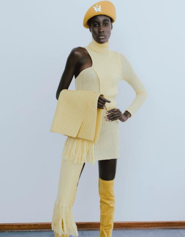 Modelo usa vestido assimétrico em tricô