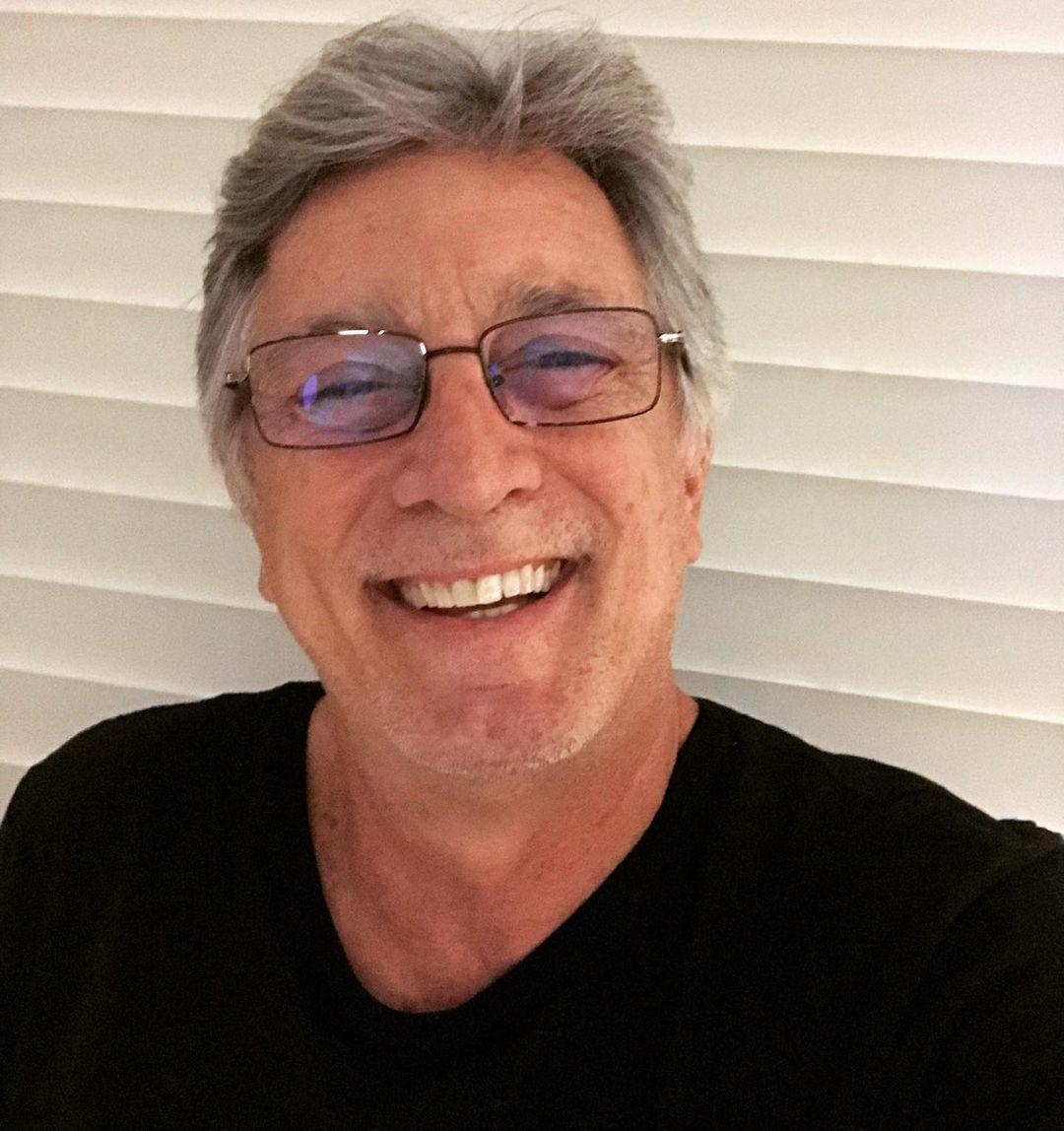 Eduardo Galvão sorridente.