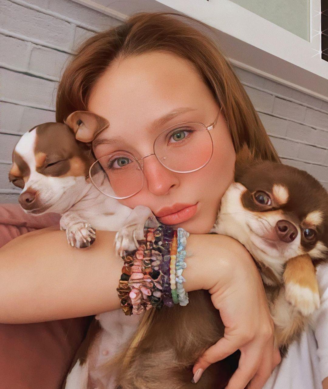 Larissa e cachorros.