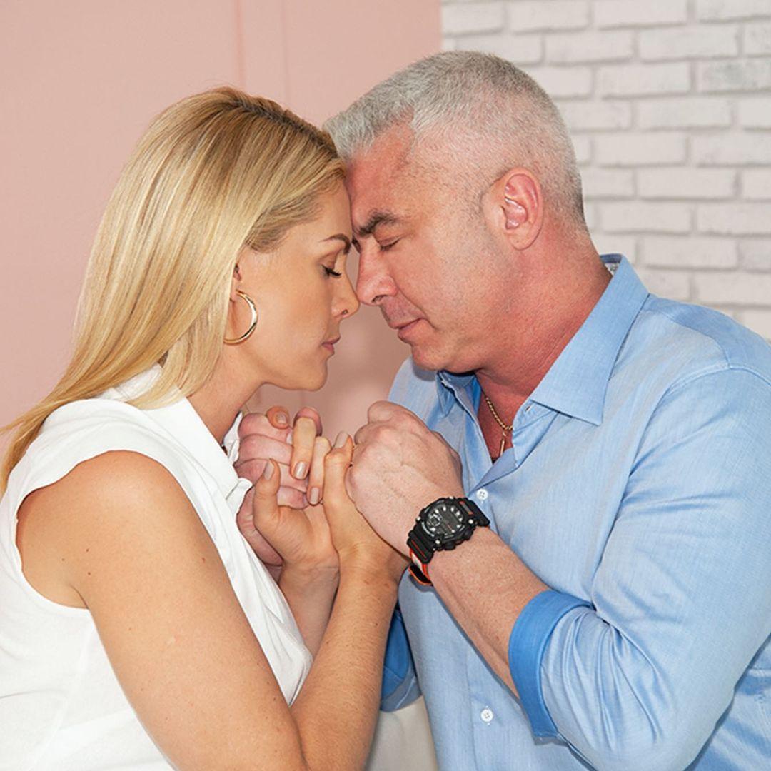 Casal dando as mãos lutando para vencer o câncer juntos.