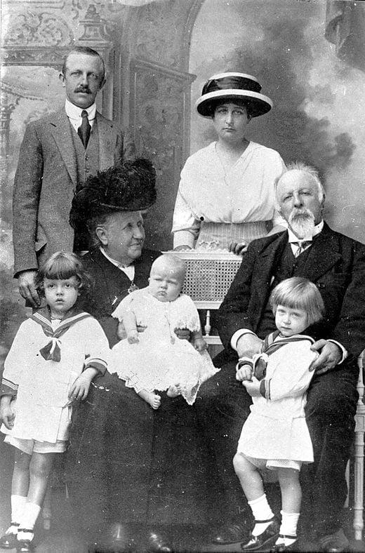 A princesa Isabel e Gastão com seus netos em roupa estilo marinheiro, seu filho Luís e a nora Maria Pia, em 1913.