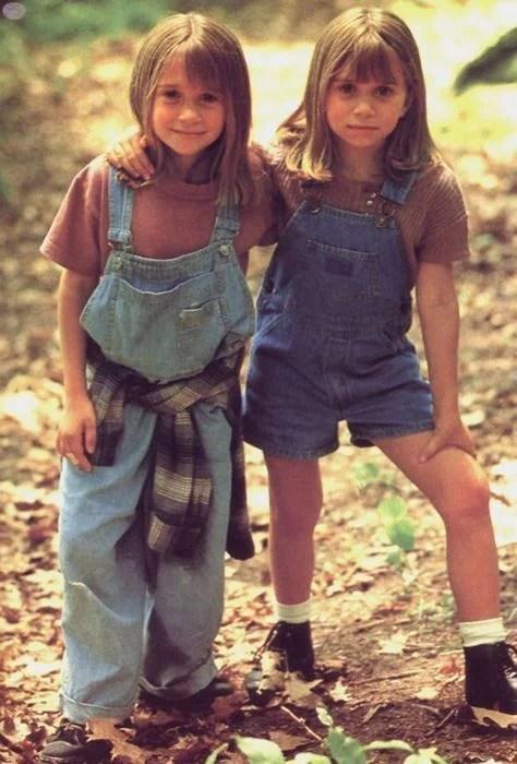 Foto das gêmeas Olsen vestindo macacões jeans no filme ´As Namoradas do Papai`, de 1995.