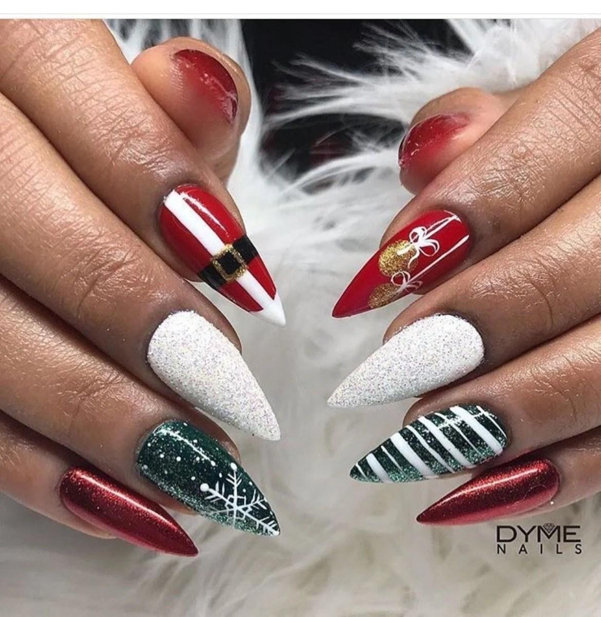 Muito natalina, unhas coloridas em vermelho verde e branco.