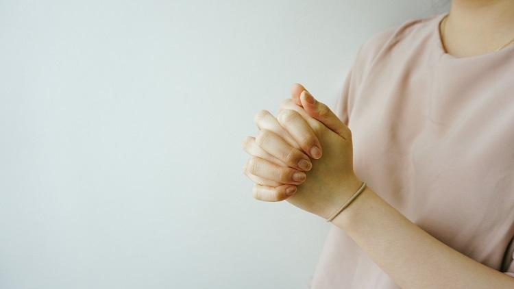 mão em oração de Ano Novo