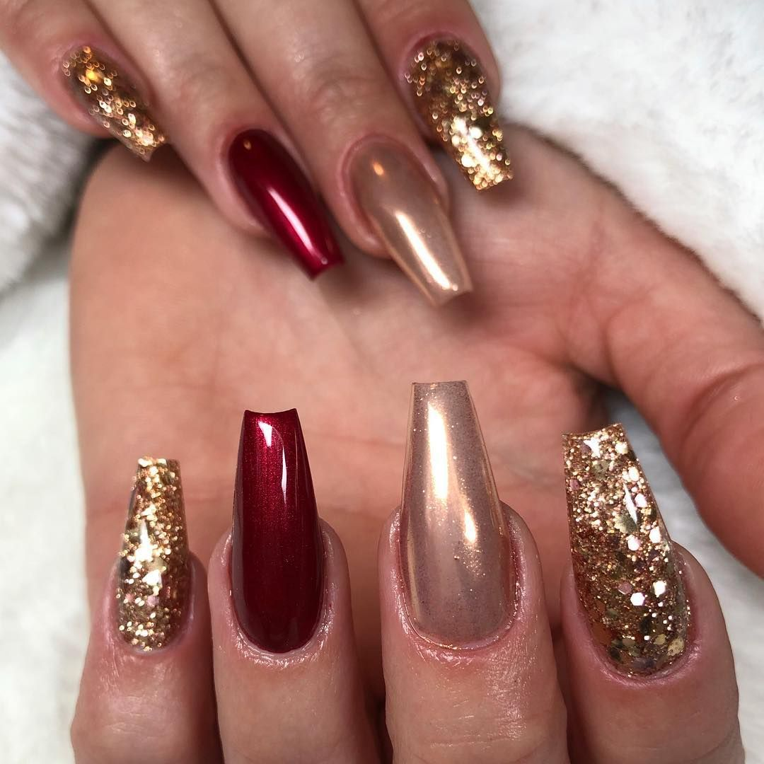 Tradicional e requintadíssimo, vermelho e dourado em glitter.