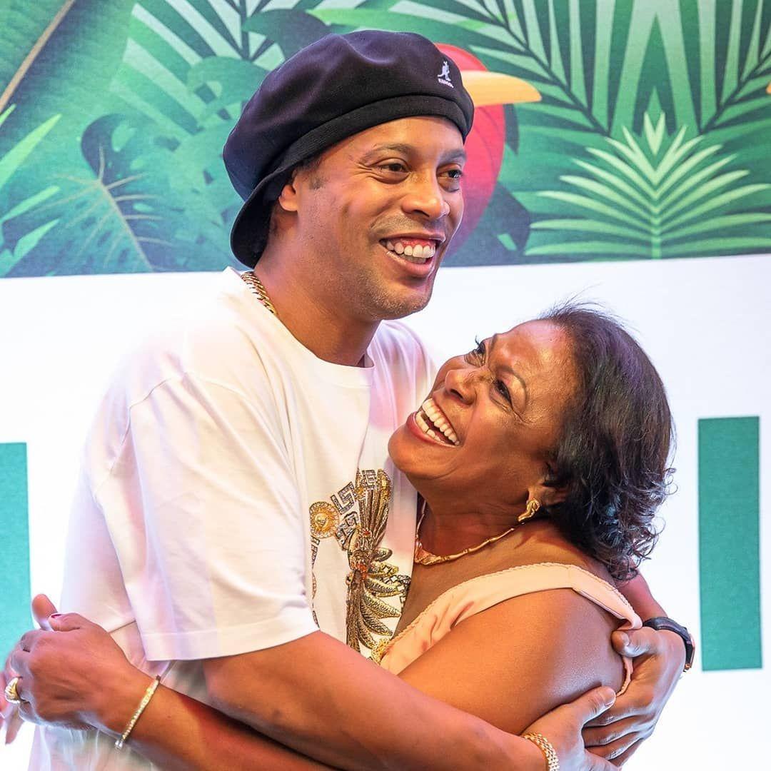 Ronaldinho e sua mãe.