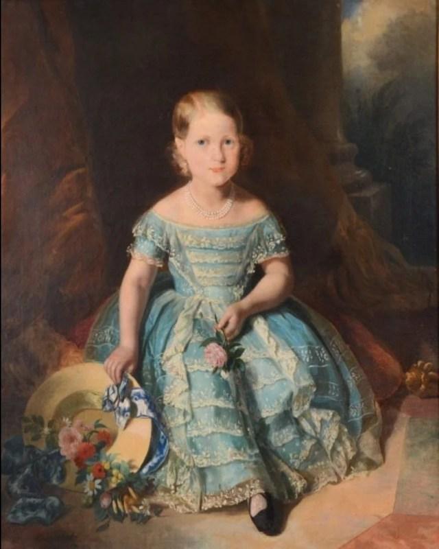 Pintura de Ferdinand Krumholz da Princesa Isabel do Brasil com 7 anos de idade, posando com um vestido azul e chapéus na mão.
