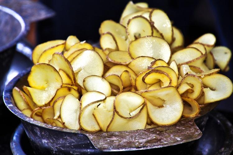 chips de inhame em tigela de metal