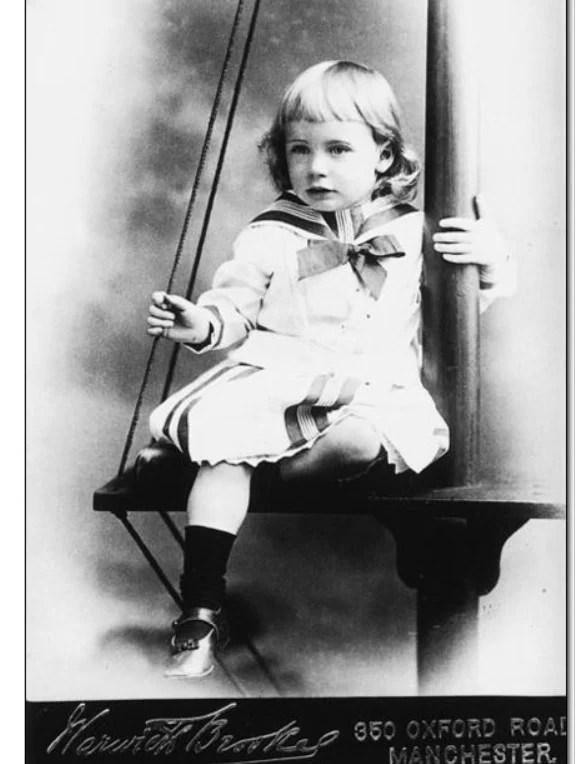 Foto de menino vestido com uma roupa de marinheiro no final do século XIX.