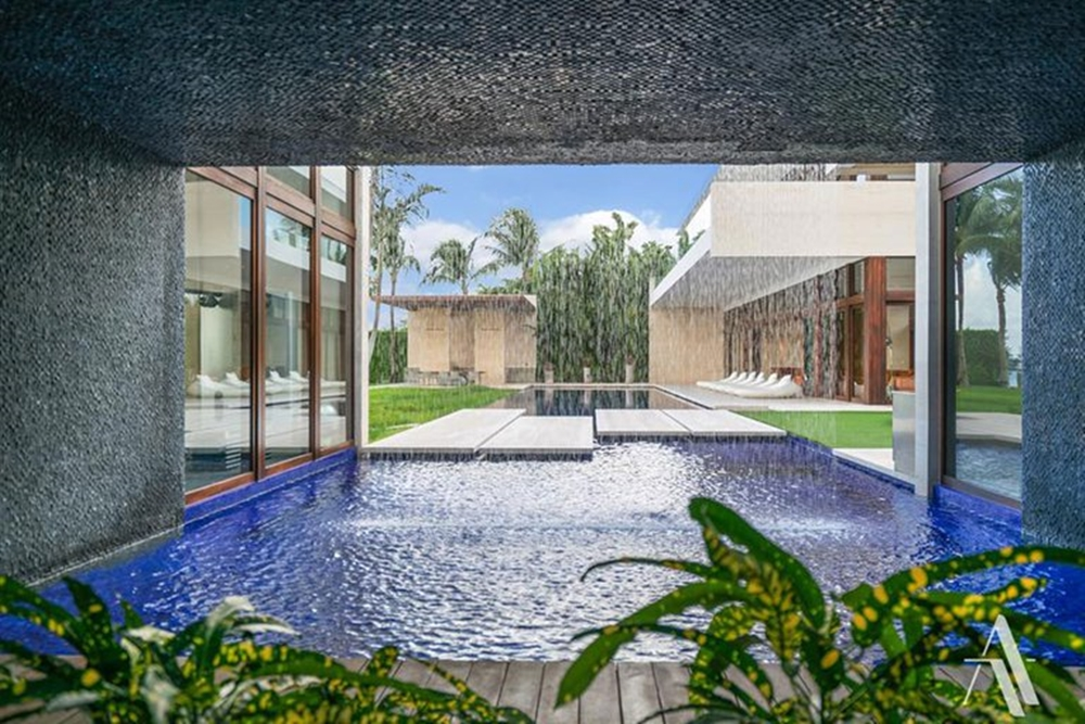 Área de lazer, piscina em mansão de Gisele.