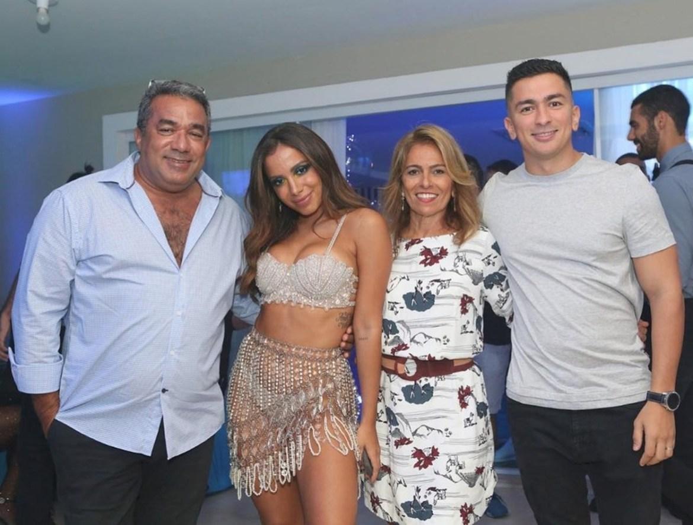 Família da cantora Anitta, pai, mãe e irmão.