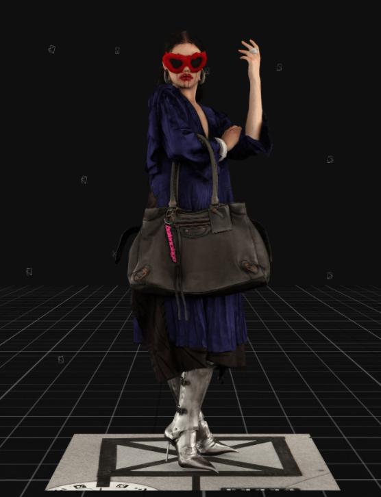 Modelo usa vestidos sobrepostos e maxi bolsa