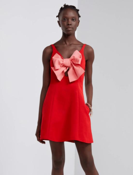Vestido vermelho com laço e recorte frontal