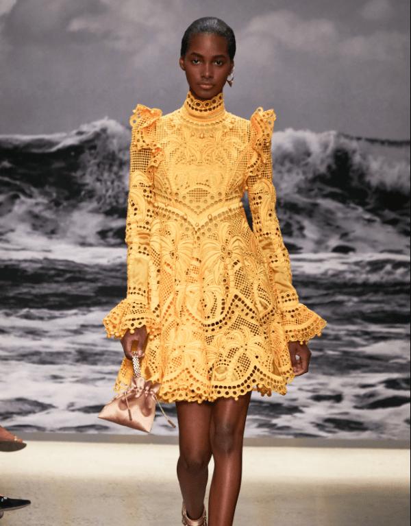 Model usa vestido em laise amarelo