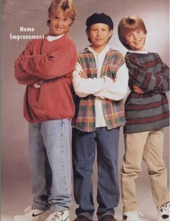 Foto de uma propaganda com meninos vestindo a moda infantil dos anos 90.