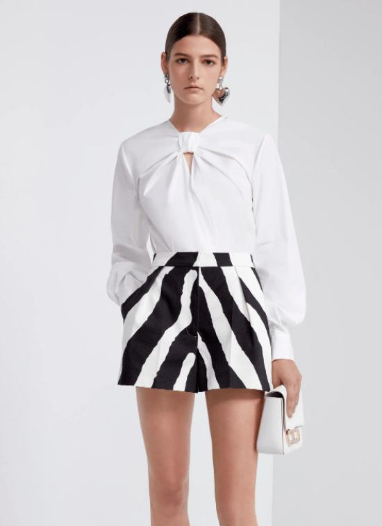 Blusa com decote nó e short de zebra.