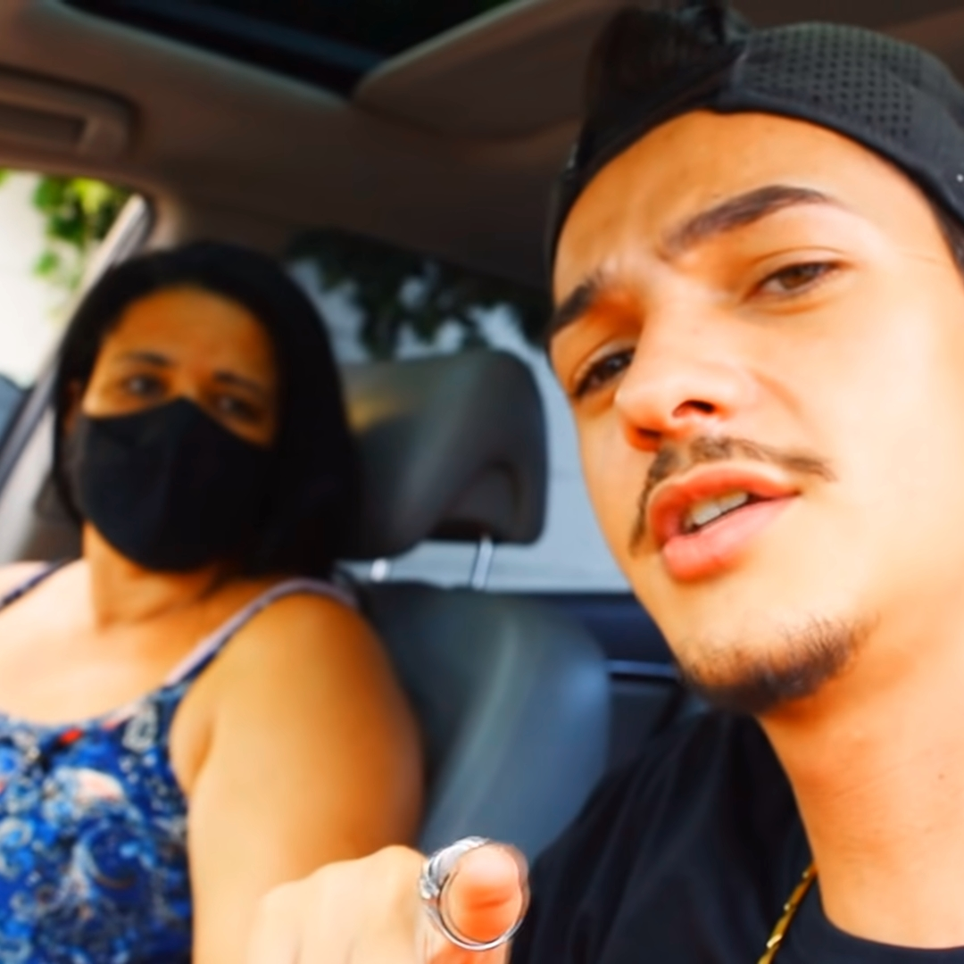 Youtuber Derick e sua mãe.