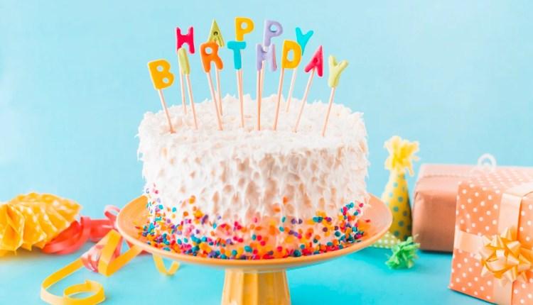 bolo com velas escrito feliz aniversário