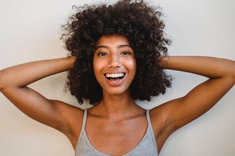 mulher segurando cabelos hidratados