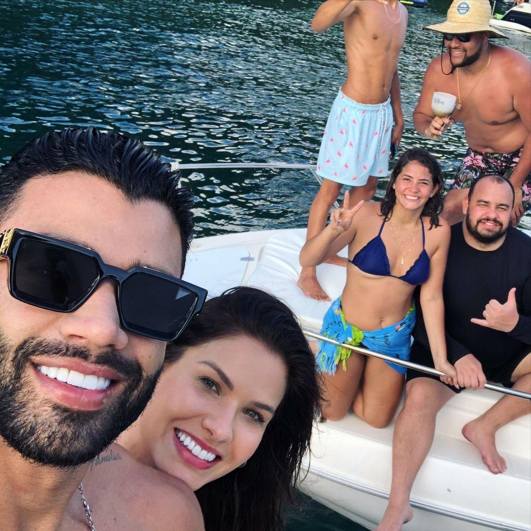 Selfie de Gusttavo Lima e Andressa em Angra dos Reis com os fãs.
