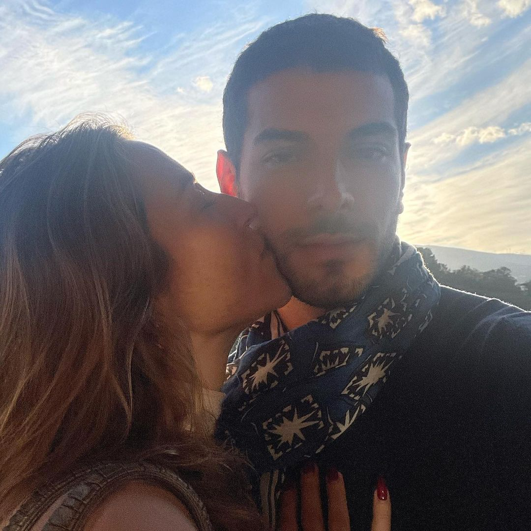 Piovani beija rosto de Lucas, seu novo namorado.
