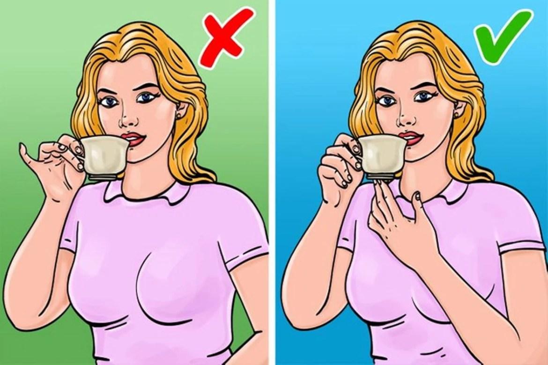 Ao beber em copos ou xícaras, não levante o dedo mindinho, imagem ilustrativa.