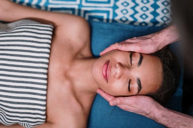 mulher recebendo tratamento facial em spa