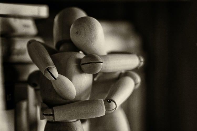 bonecos de madeira se abraçando