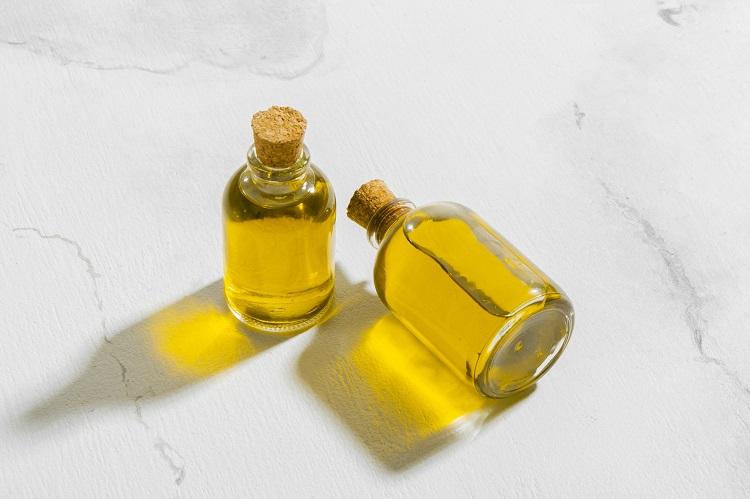 duas garrafas de vidro com óleo de rícino