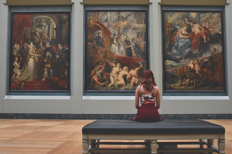 mulher sentada em exposição de arte