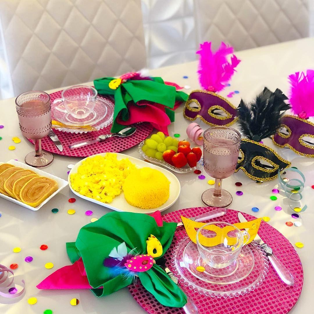 Mesa decorada para carnaval.