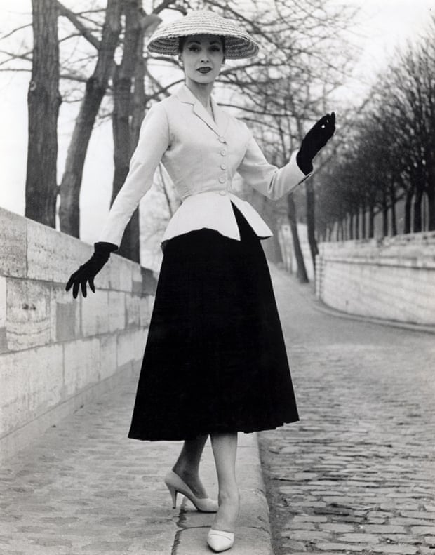 """Modelo com o """"Bar Jacket"""" da coleção """"New Look"""" de Dior, em 1947."""