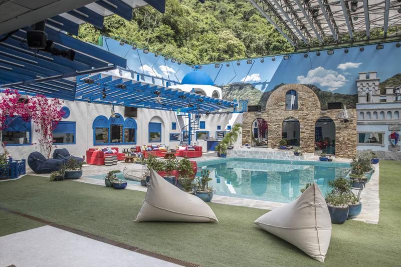 Na foto aparece a piscina e a área externa da casa do BBB 21.