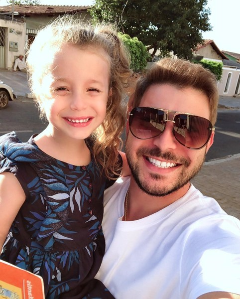 Aparece Caio sorrindo em selfie junto com sua filha
