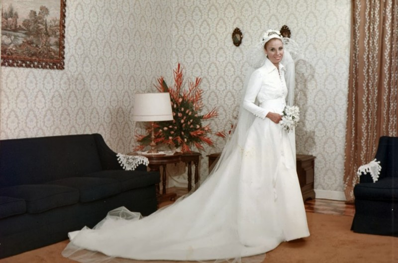 Modelo de vestido de noiva branco de 1971.