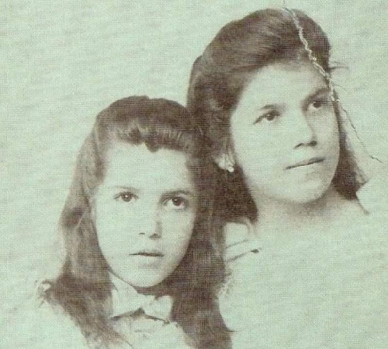 Tarsila do Amaral criança e a irmã Cecília.