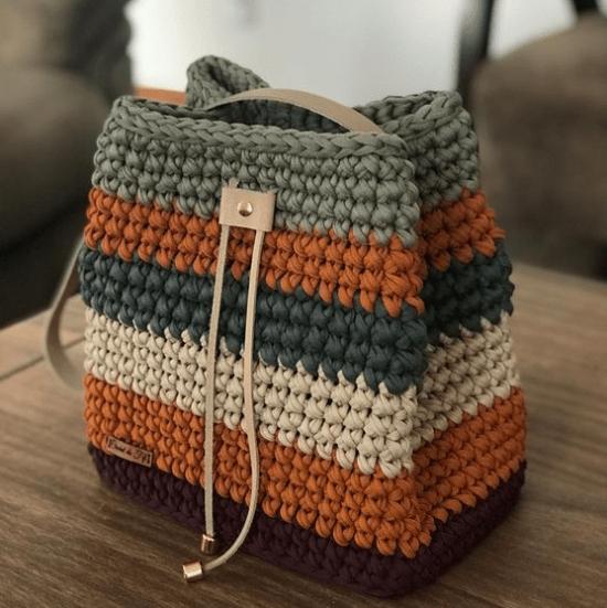 Bolsa tipo saco de crochê com alça de couro