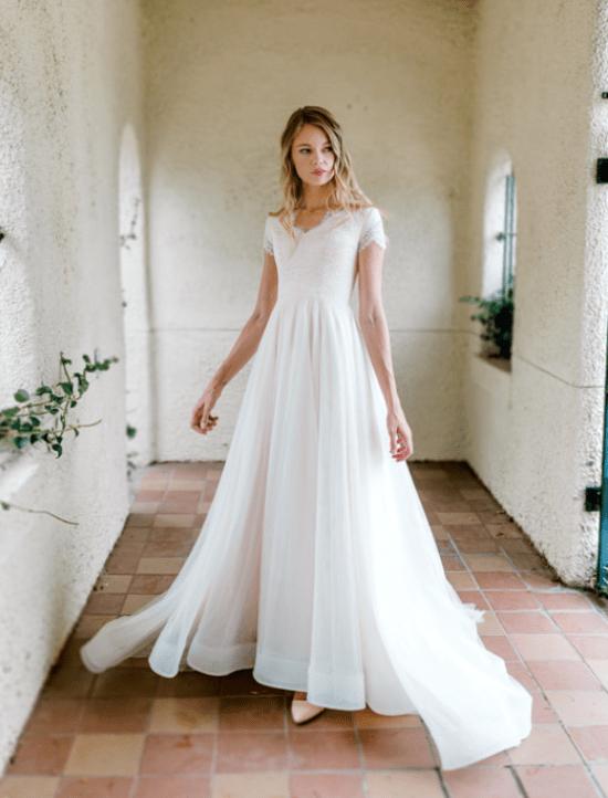 Vestido casamento manga curta rena e saia simples evasê