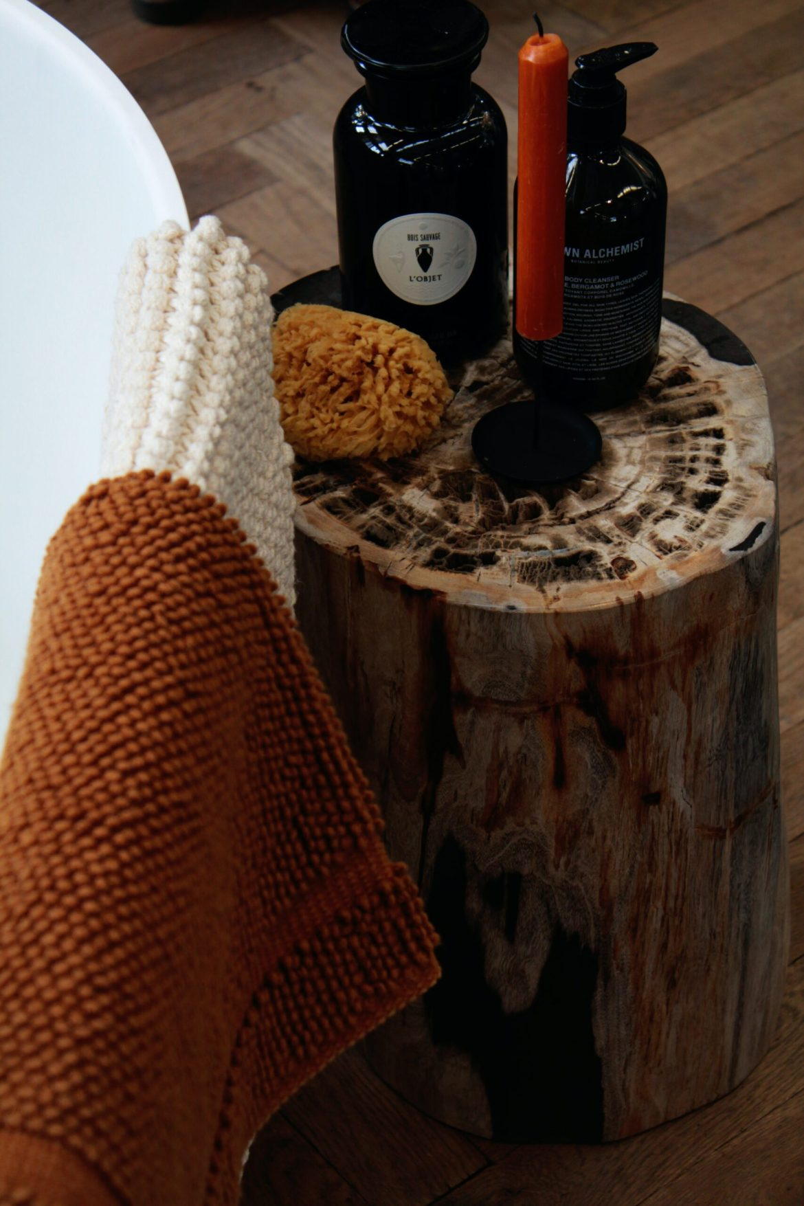 Ritual de banho da lua cheia - Produtos, velas e toalhas na lateral da banheira