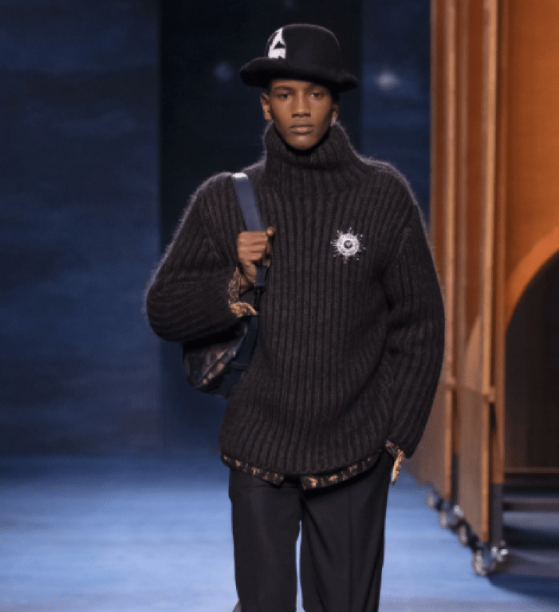 Tricô com gola super alta preto canelado é destaque na moda internacional masculina