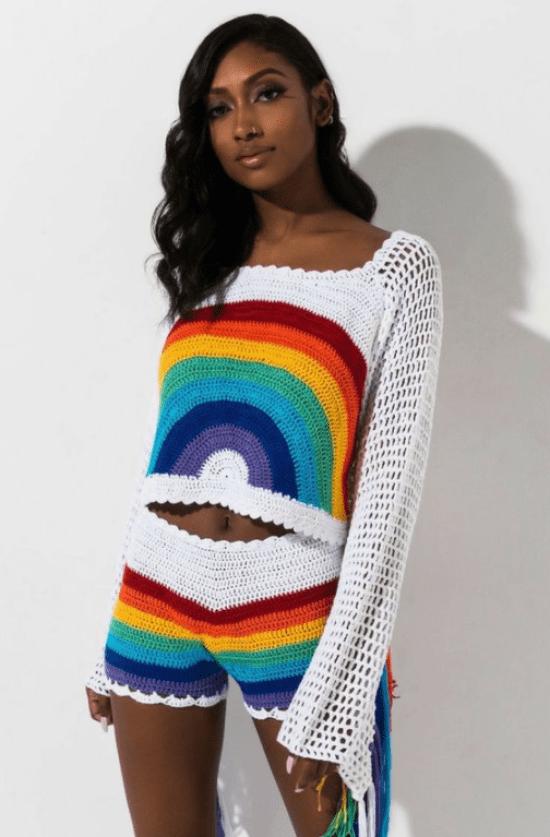 conjunto de crochê arco-íris com short listrado