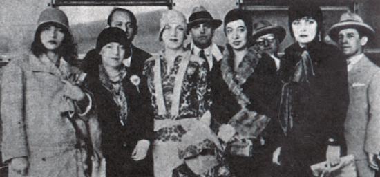Foto dos artistas modernos em exposição de Tarsila do Amaral em 1929 na Central do Brasil.