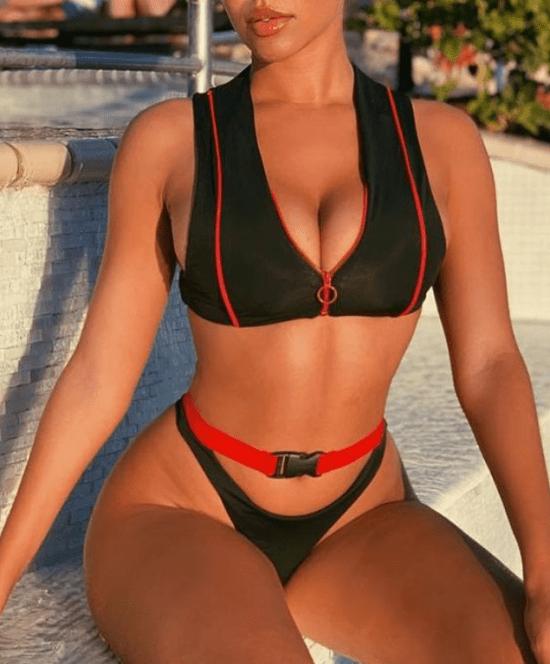 Top preto e vermelho com zíper e calcinha com fivela na cintura