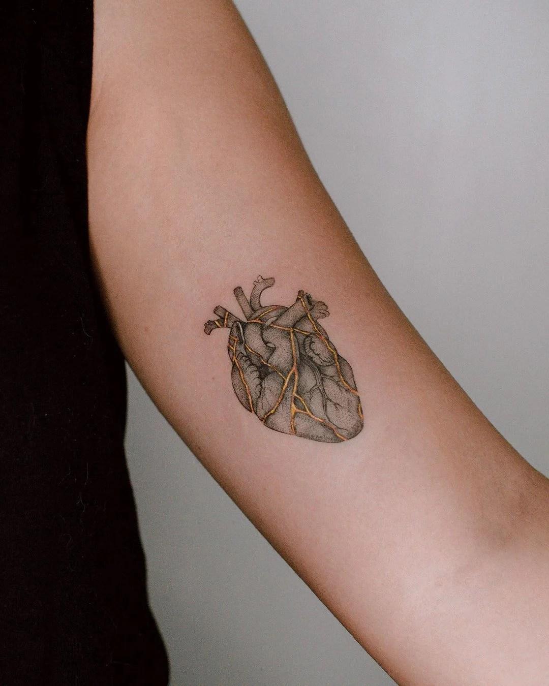 Tatooo de coração, traço fino.