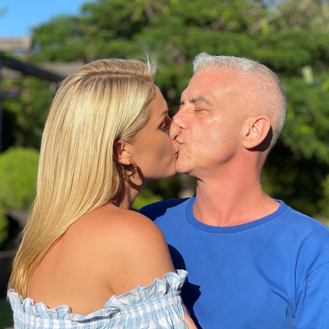Ana Hickmann e esposo Alexandre Correa se beijando.