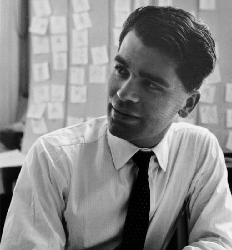 Karl Lagerfeld em 1960, com 27 anos, no seu escritório em Paris.