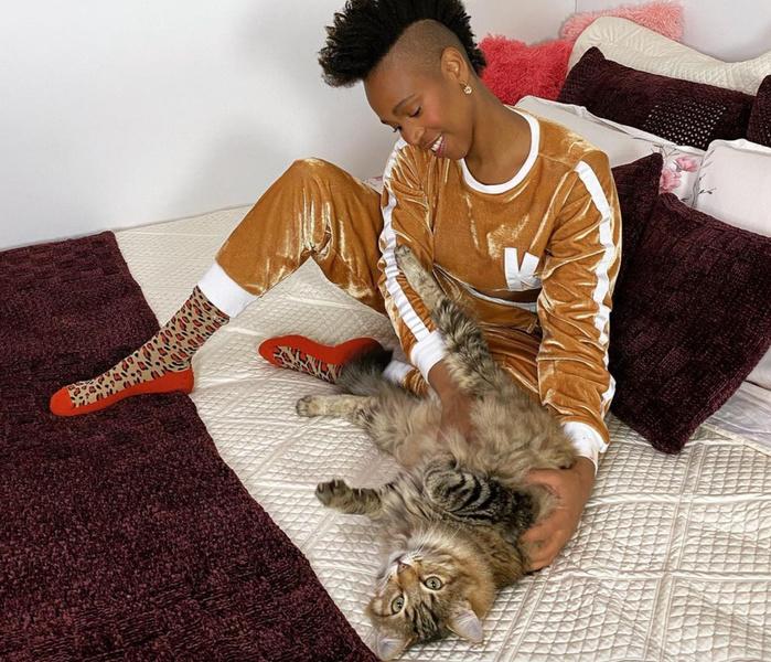Na foto, aparece Karol Conká com seu gato