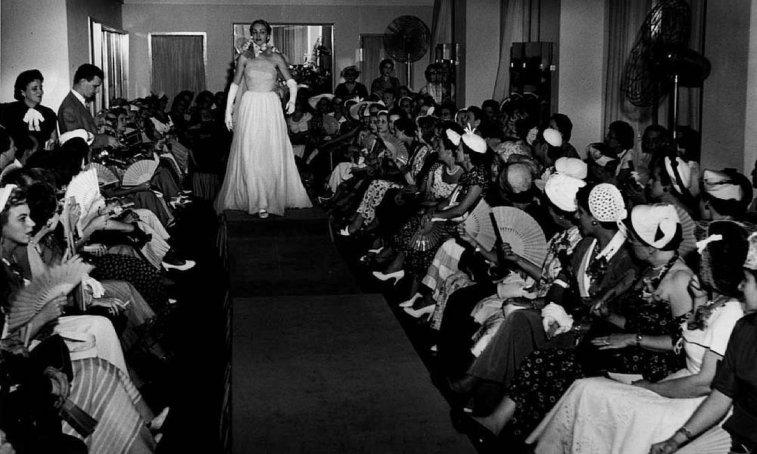 Modelo desfila um vestido de noite na Casa Canadá.